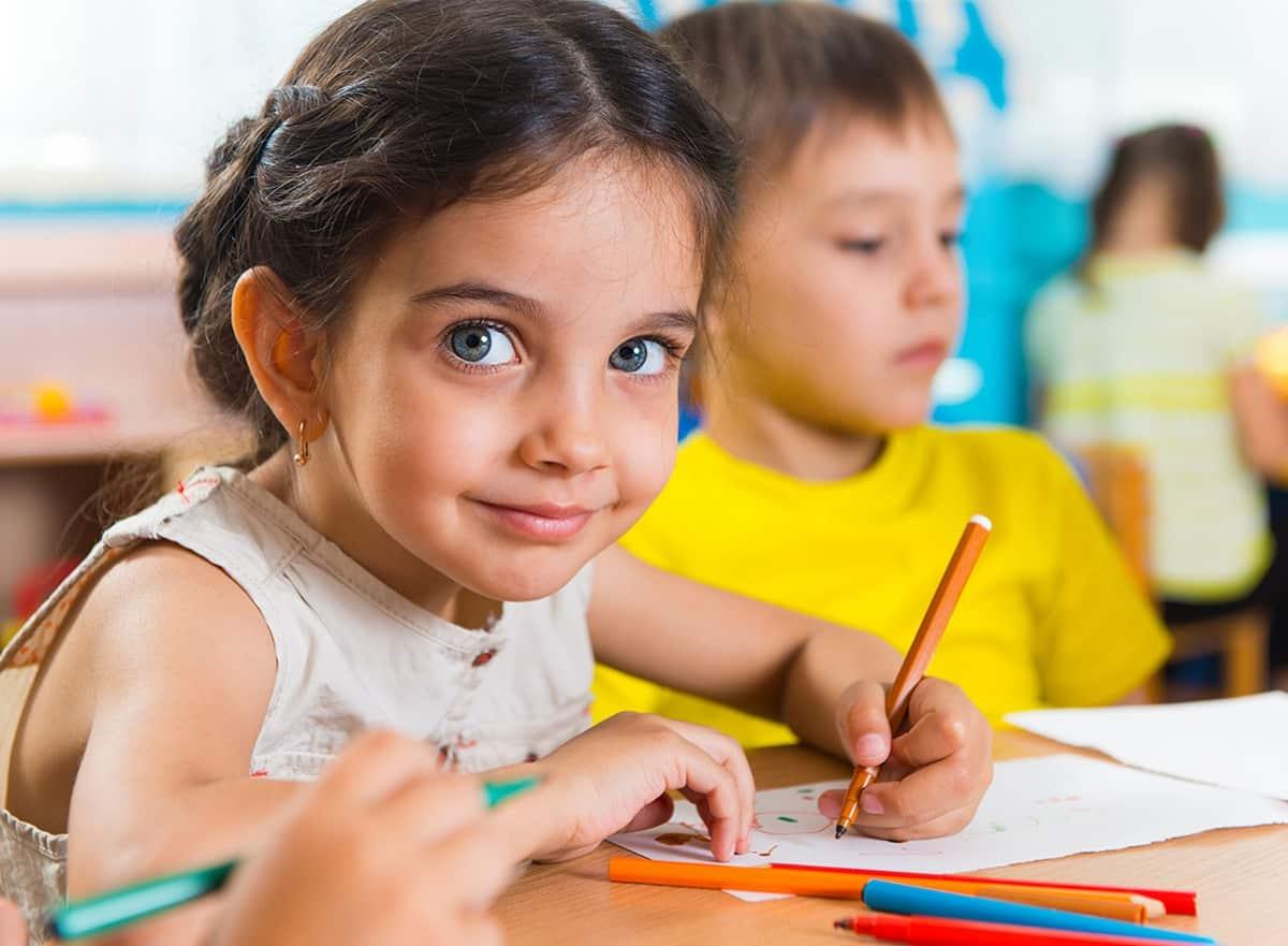 Enfants heureux à l'école