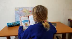 Fille précoce lisant un livre