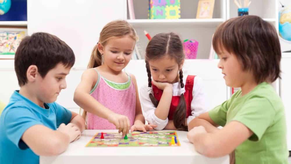 Enfants précoces qui jouent